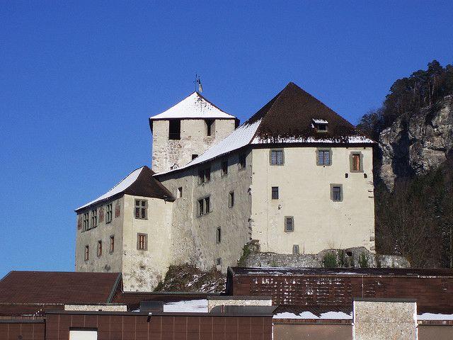 Название замка переводится